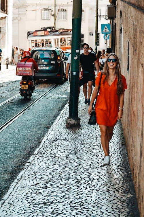Imagine de stoc gratuită din femeie plimbare, fotografie de stradă, mers pe jos, zâmbește
