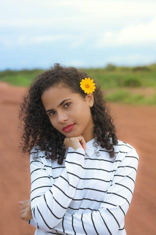 Gratis arkivbilde med ansiktsuttrykk, blomst, bruke, brunette