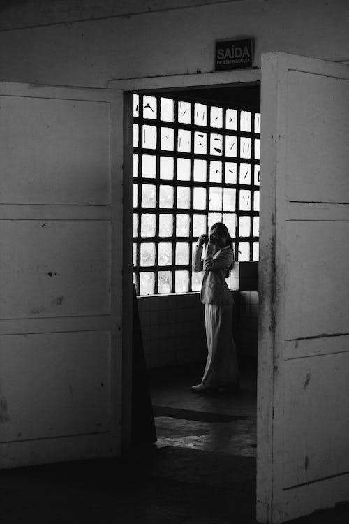 Darmowe zdjęcie z galerii z czarno-biały, drzwi, kobieta, moda