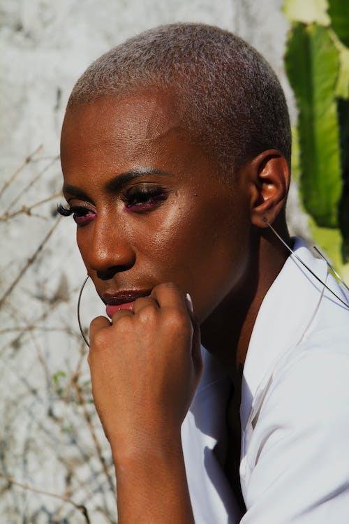Darmowe zdjęcie z galerii z afroamerykanka, afrykańska kobieta, biała koszula, kobieta