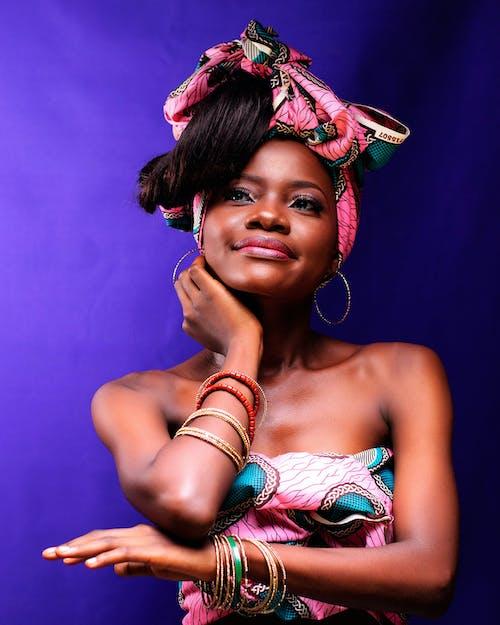 Бесплатное стоковое фото с Аксессуары, афро-американка, браслеты, выражение лица