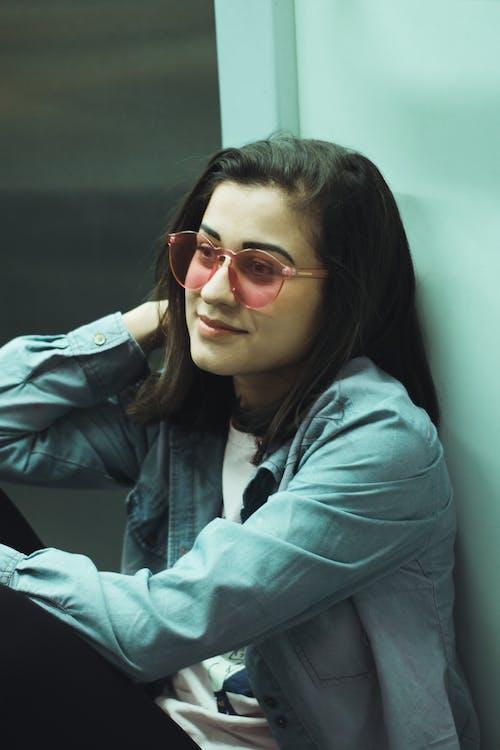 Photos gratuites de être assis, expression du visage, femme, lunettes