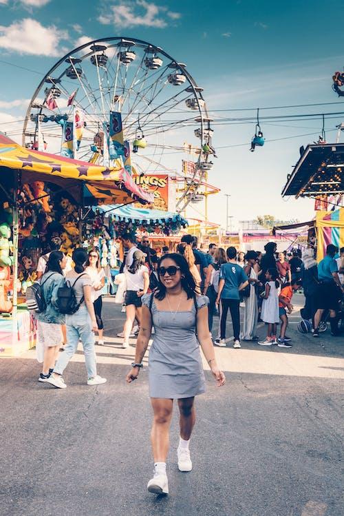 Foto profissional grátis de amontoado, animação, carnaval, compras