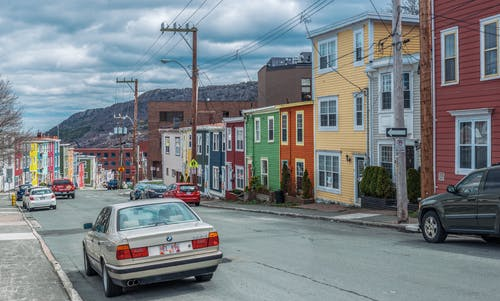 Бесплатное стоковое фото с автомобили, архитектура, асфальт, буря