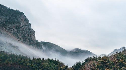 Kostnadsfri bild av bergen, dimma, dimmig, klippiga bergen
