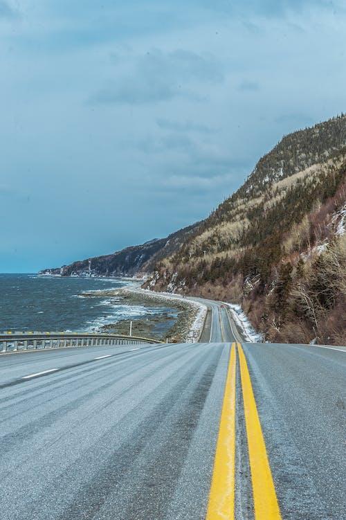 Бесплатное стоковое фото с асфальт, вода, гора, дорога