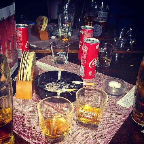 Gratis lagerfoto af alkohol, bar, byliv, cigaret