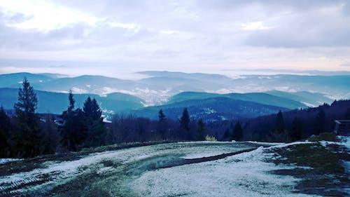 Gratis lagerfoto af atmosfære, bjerge, blå, hvid