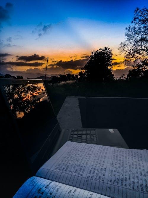 書筆記本電腦日落 的 免費圖庫相片