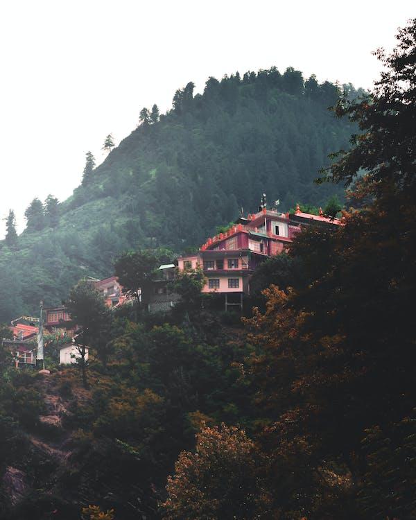 heuvels, klooster, mooi landschap