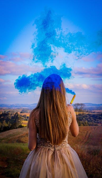 Donna Che Tiene Fumo Colorato Blu