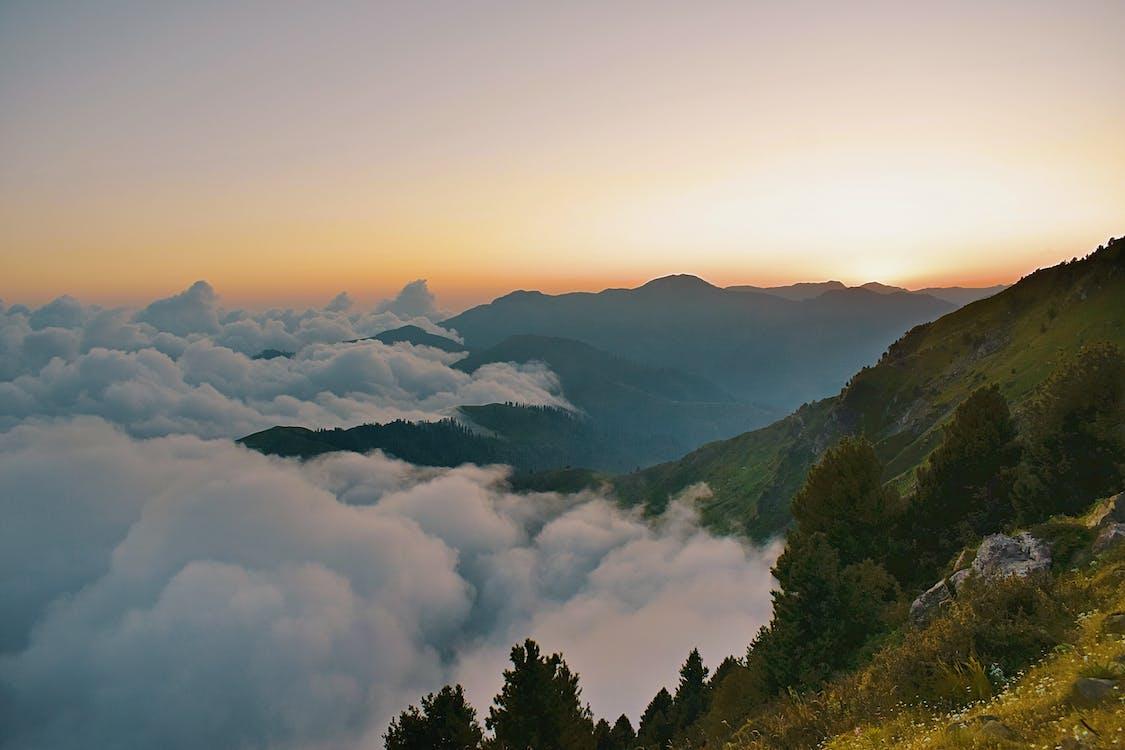 صورة لبحر الغيوم على الجبال خلال الغروب