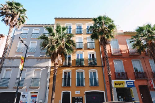 低角度拍攝, 公寓樓, 城鎮, 夏天 的 免費圖庫相片