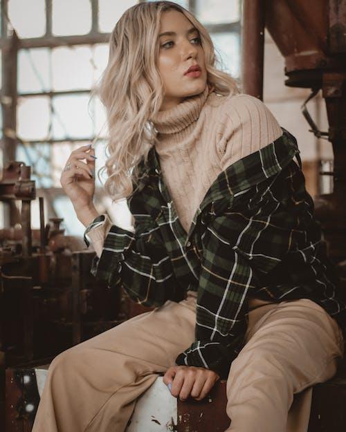 Gratis lagerfoto af alene, blondine, fotosession, fritidstøj