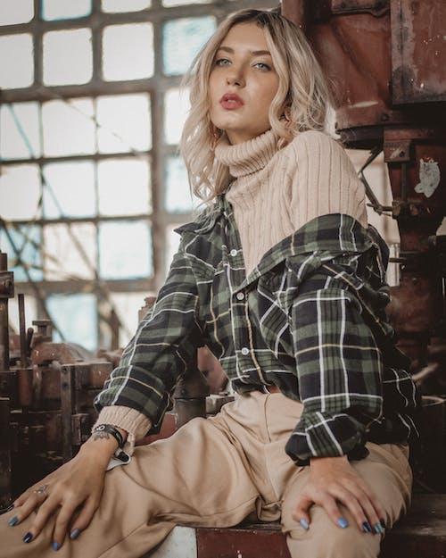 Gratis lagerfoto af alene, blondine, fritidstøj, kigge væk
