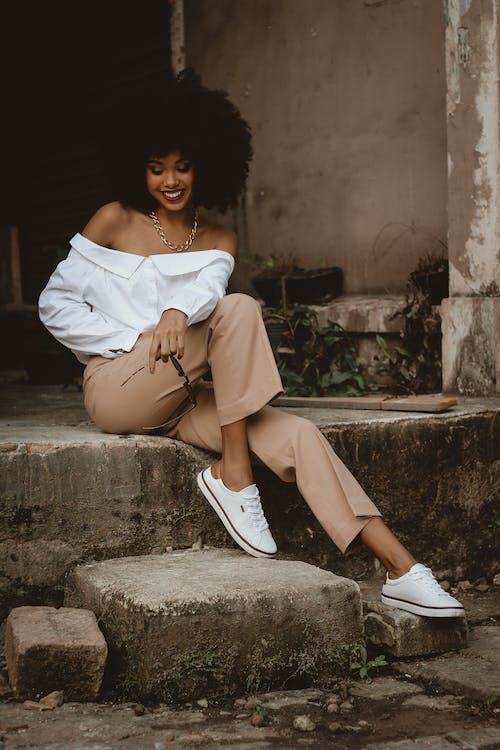 Gratis lagerfoto af afrikansk kvinde, afroamerikansk kvinde, alene, beton blok