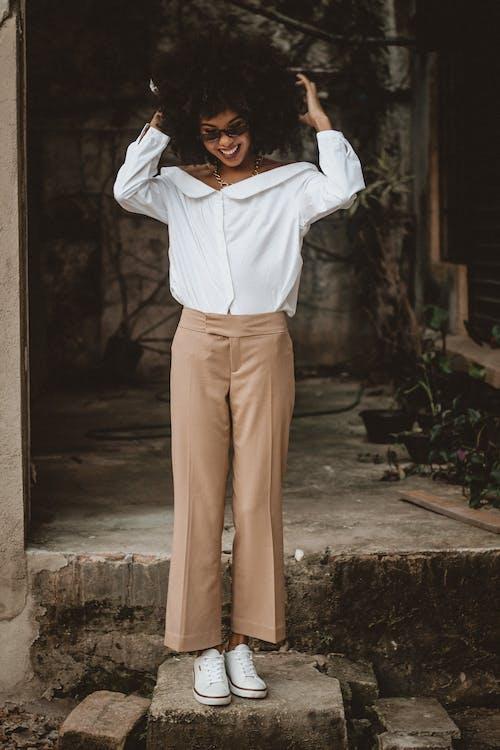 Immagine gratuita di abbigliamento casual, braccia alzate, camicia bianca, carino