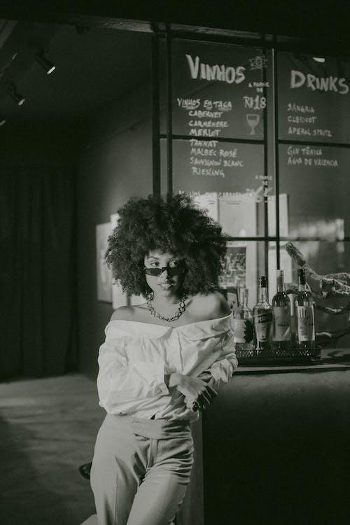 afrikansk kvinde, afroamerikansk kvinde, alene