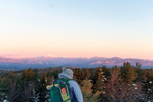 Foto stok gratis alam, backpacker, dewasa, di luar rumah