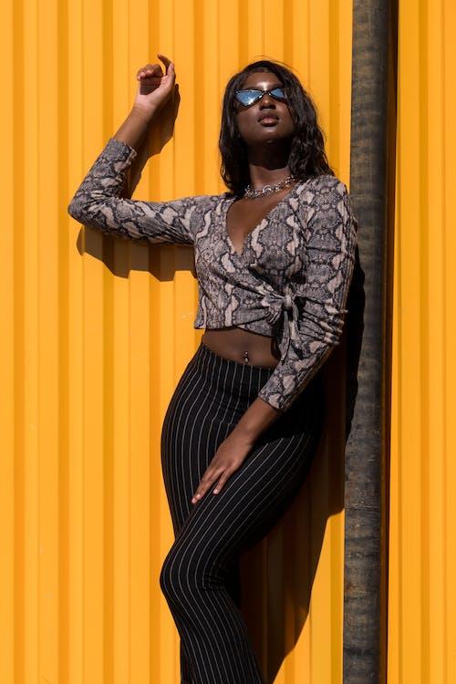 Afrikalı kadın, afrikalı-amerikalı kadın, ayakta, bir başına içeren Ücretsiz stok fotoğraf