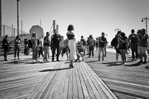 Fotobanka sbezplatnými fotkami na tému čiernobiely, dav ľudí, deň, denné svetlo