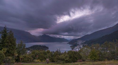 bulut oluşumu, dağlar, göl, güzel gün batımı içeren Ücretsiz stok fotoğraf