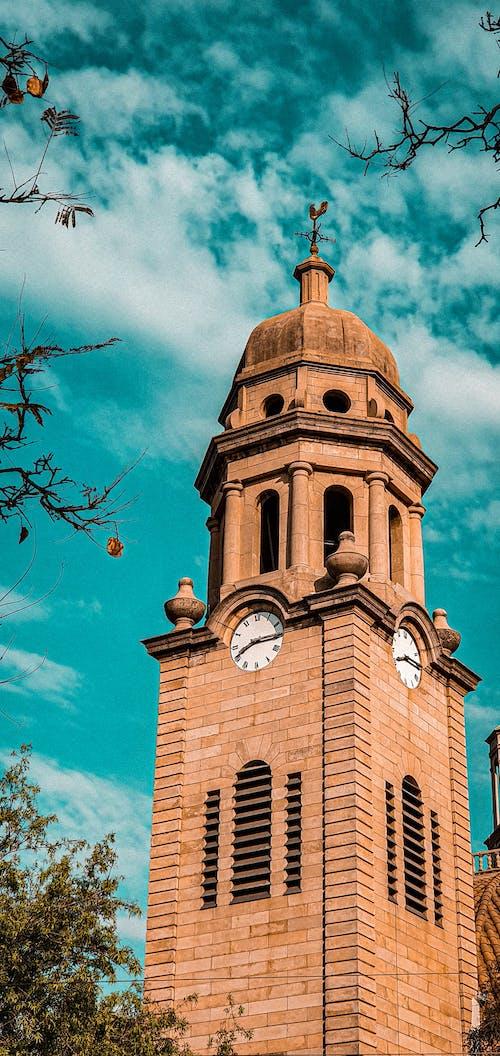 Fotobanka sbezplatnými fotkami na tému budova kostola, hodiny towee, modrá obloha