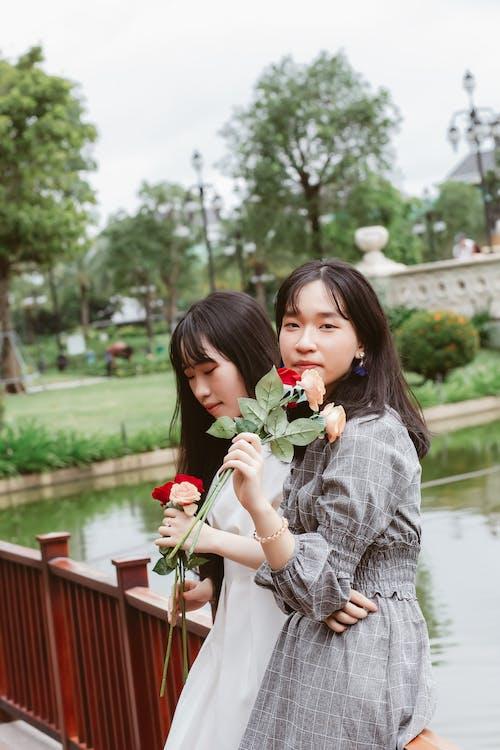 Fotobanka sbezplatnými fotkami na tému Ázijčanky, byť spolu, krásna, kvety