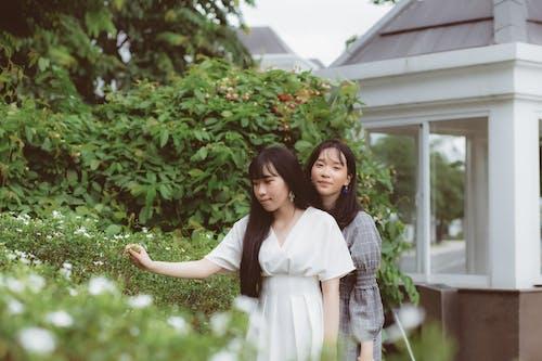 Fotos de stock gratuitas de amigos, de pie, juntos, mujer