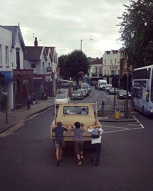 Foto d'estoc gratuïta de carrer, ciutat, cotxe, gent