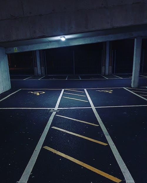Foto d'estoc gratuïta de aparcament, blanc, ciutat, clareja