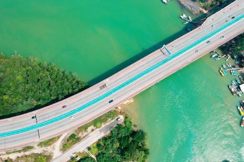 Gratis arkivbilde med asfalt, båter, biler, bro