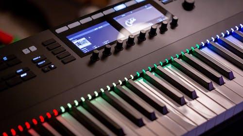 Kostenloses Stock Foto zu elektronische tastatur, klavier, klaviertasten, musik
