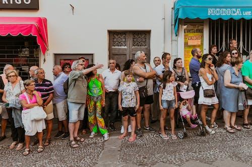 Pessoas Fora De Lojas