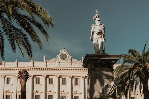 Statue Vor Einem Weißen Betongebäude