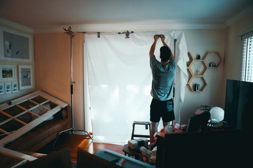 Základová fotografie zdarma na téma design interiéru, interiér, místnost, muž