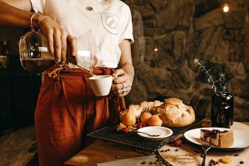 Gratis arkivbilde med bord, brød, drikke, flaske