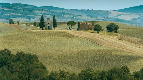 Fotobanka sbezplatnými fotkami na tému hory, kostol, krajina, kréta senesi
