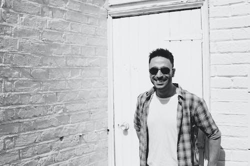 Imagine de stoc gratuită din lângă zid, omul zâmbește