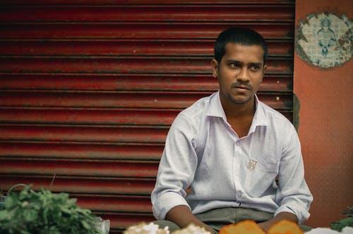 Foto profissional grátis de cara indiano, Confuso, cor pop, homem indiano