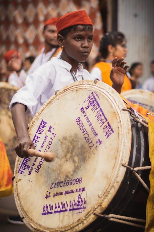 Foto profissional grátis de baterista, chapéu vermelho, desfile, diversão