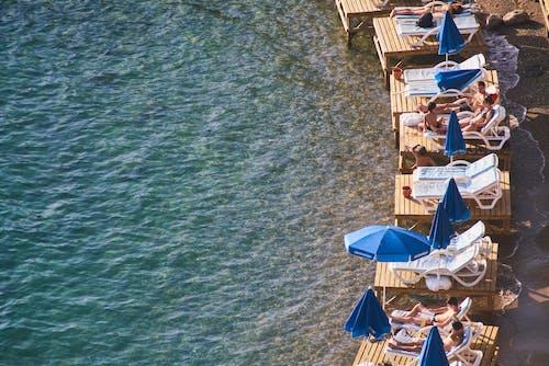 Fotobanka sbezplatnými fotkami na tému atraktívny, beachchairs, breh, cestovať