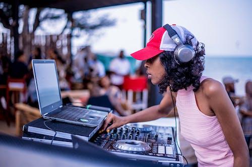 Δωρεάν στοκ φωτογραφιών με DJ Mixer, laptop, ακουστικά, αφροαμερικάνα γυναίκα