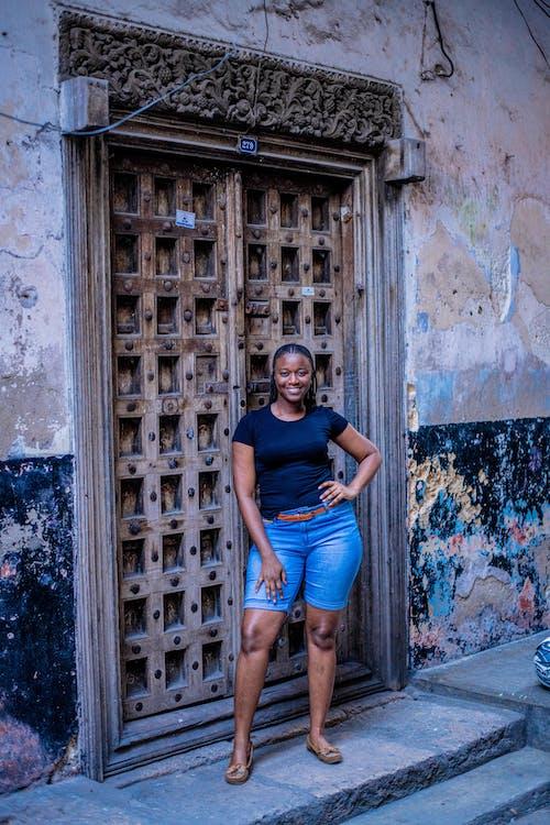 Kostenloses Stock Foto zu afrikanische frau, architektur, erwachsener, frau