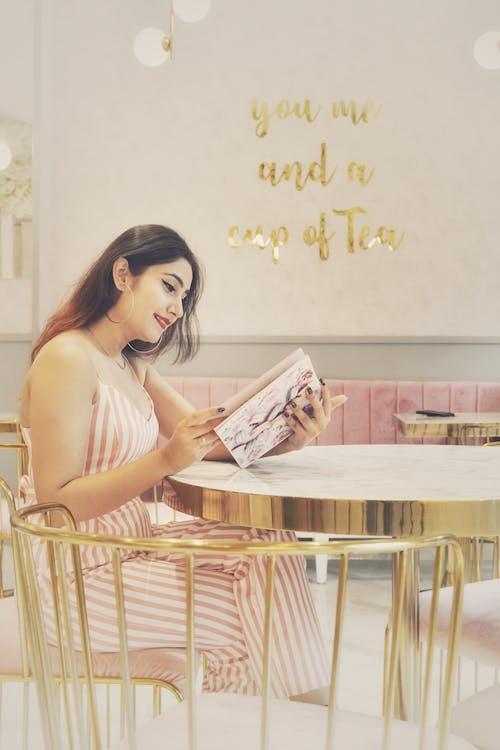 Immagine gratuita di caffetteria, donna, espressione facciale, leggendo