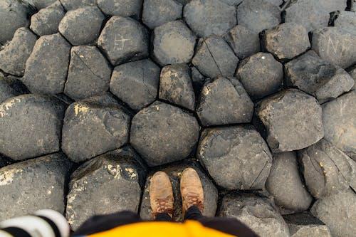 Ilmainen kuvapankkikuva tunnisteilla bootsit, henkilö, kengät, kivet
