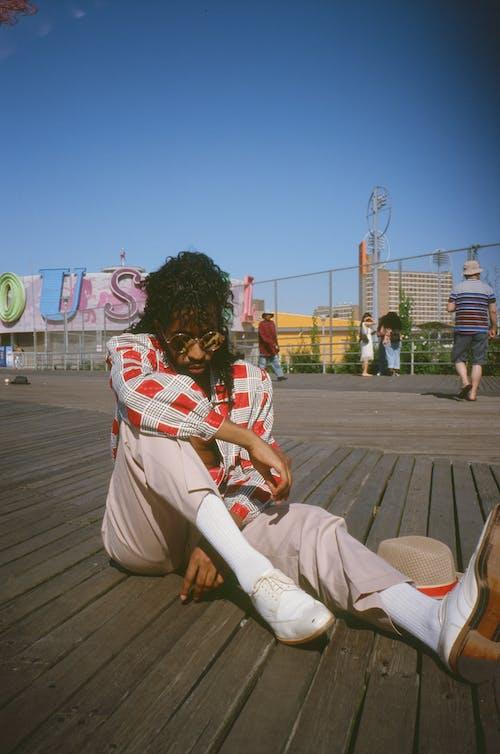 sunglasess, 人, 休閒裝, 坐下 的 免費圖庫相片