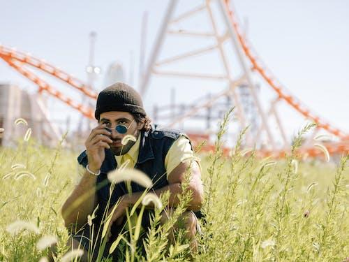 Gratis stockfoto met brillen, fotoshoot, grasveld, hurken