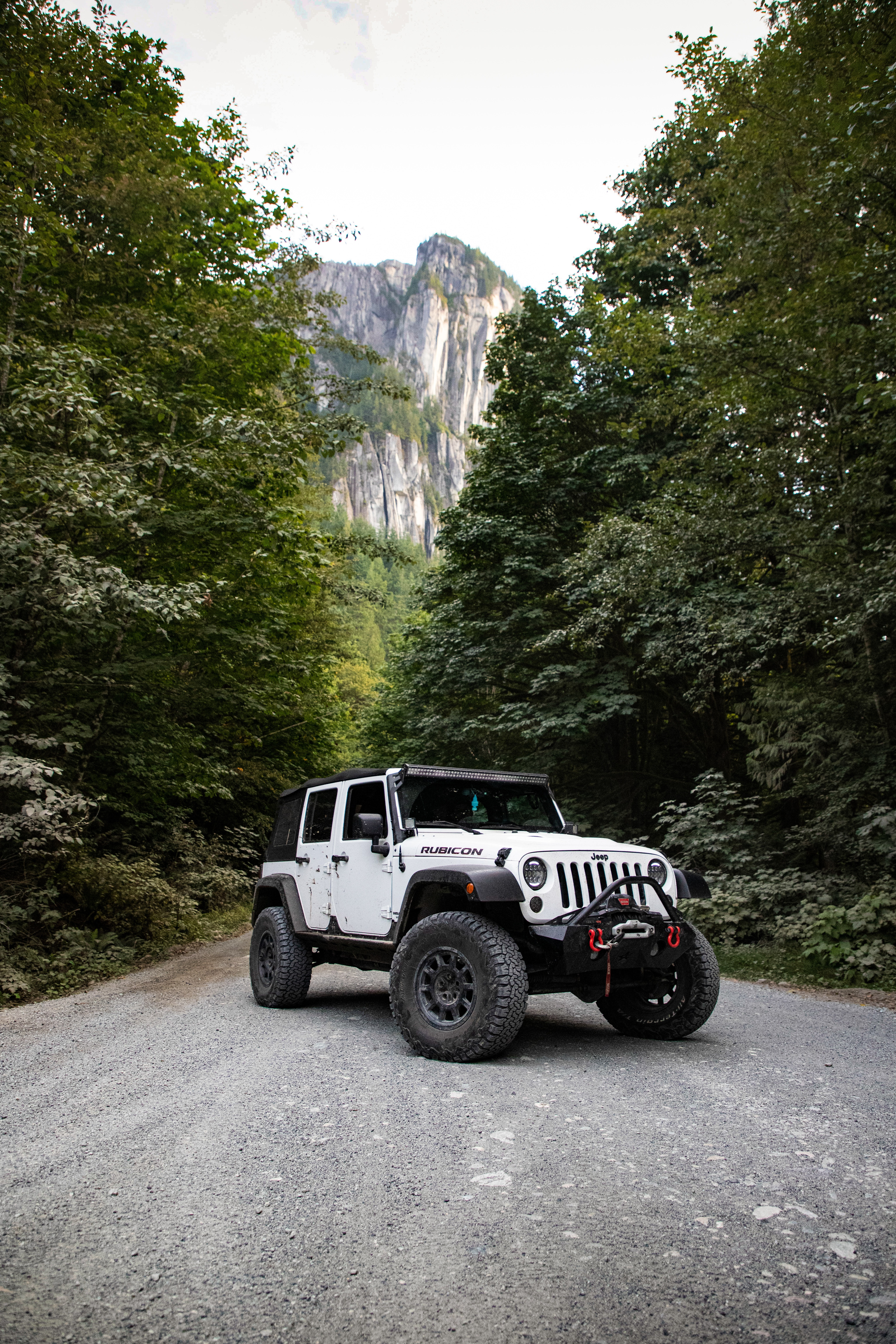 Jeep Wrangler Putih Di Jalan Aspal Foto Stok Gratis