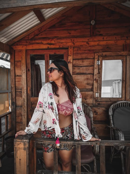 Foto d'estoc gratuïta de adult, arquitectura, barana, bungalou